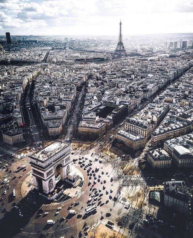 Ο κυκλικός κόμβος Arc de Triomphe στο Παρίσι